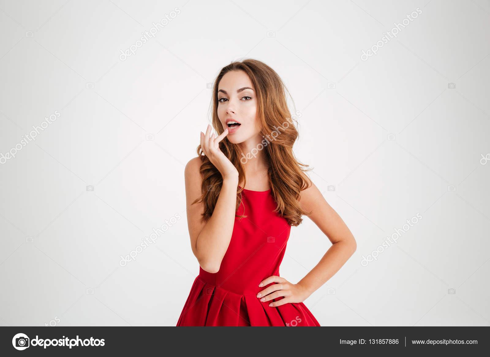 Hermosa juguetona mujer en vestido rojo mirando a cámara — Fotos de Stock a69c3903ce75