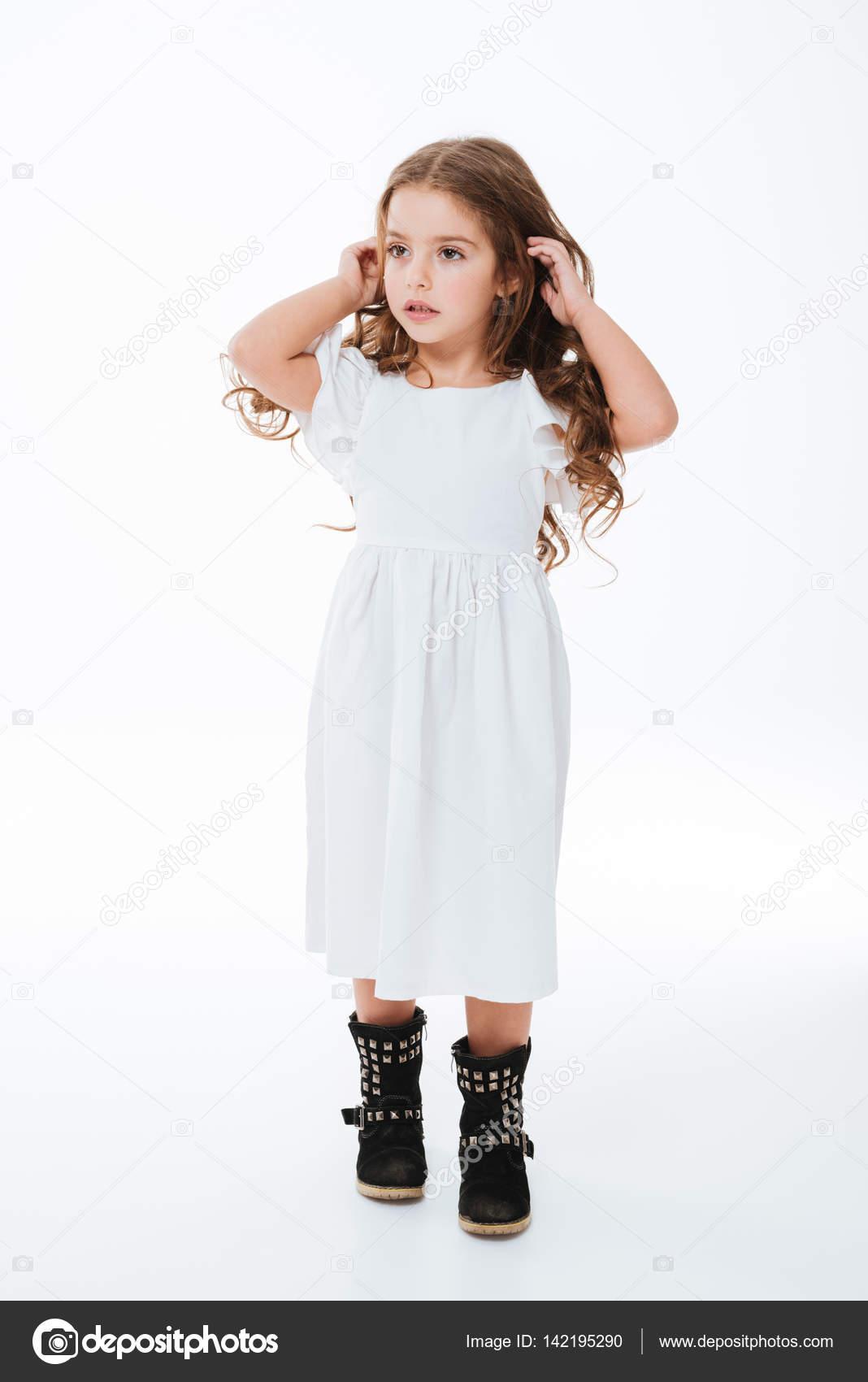b41acf478 Niña hermosa linda en vestido caminando y mirando lejos — Fotos de Stock