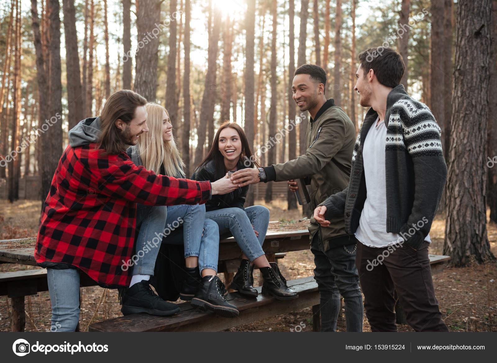 Секс групповой в лесу фото, Три худенькие молодухи раздеваются в лесу секс фото 19 фотография