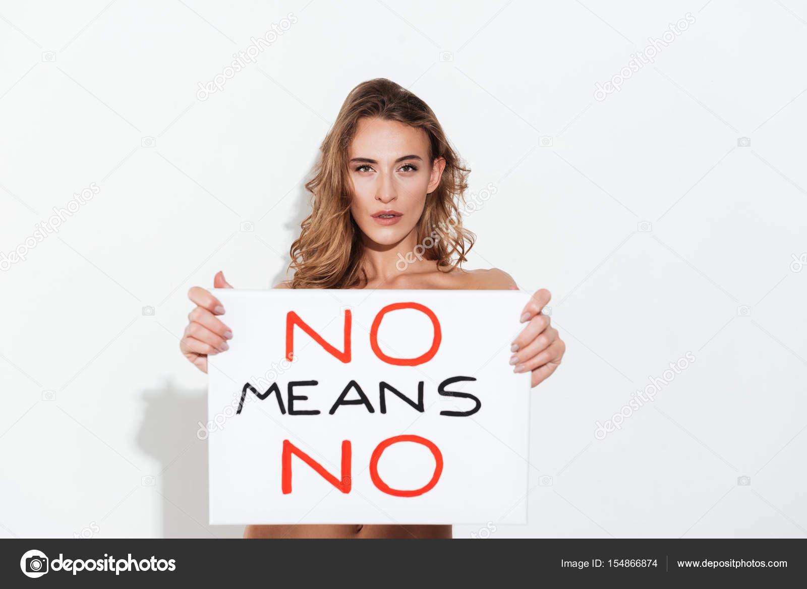 Desnuda Joven Caucásica Posando Sobre Pared Blanca Sosteniendo En