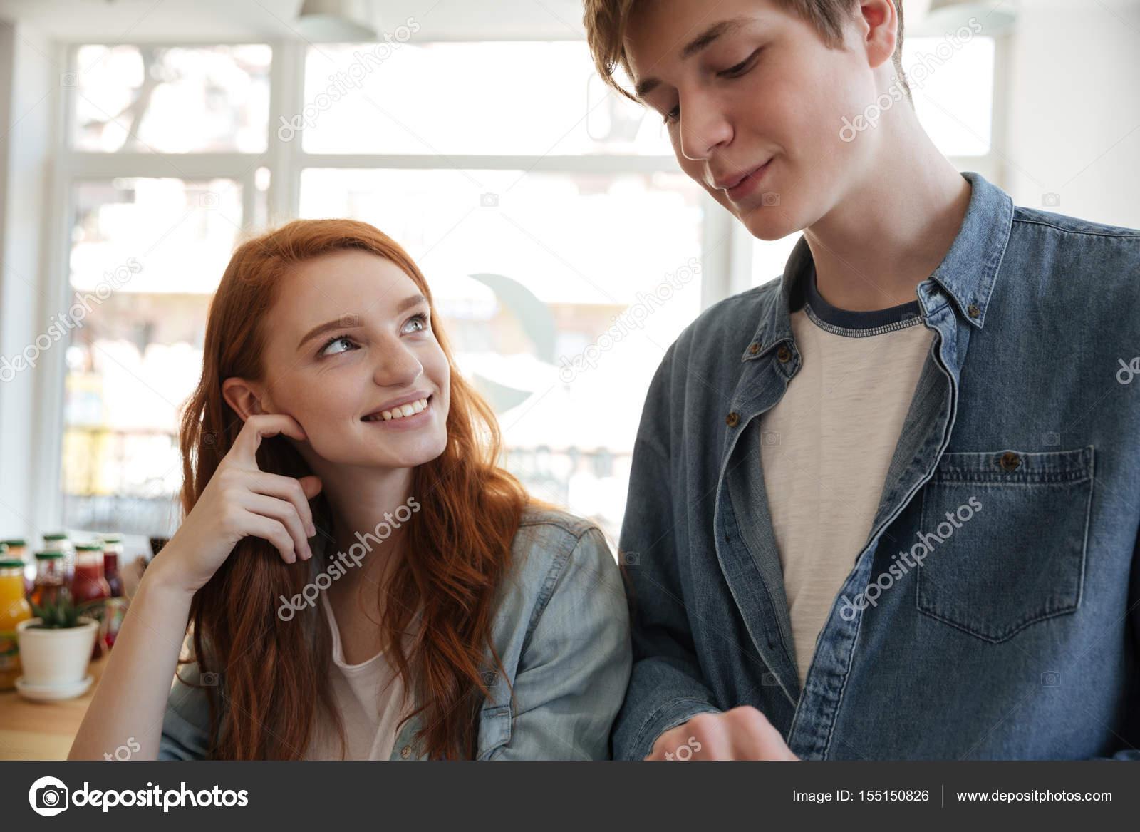 Ein Mädchen datiert, das zu beschäftigt ist