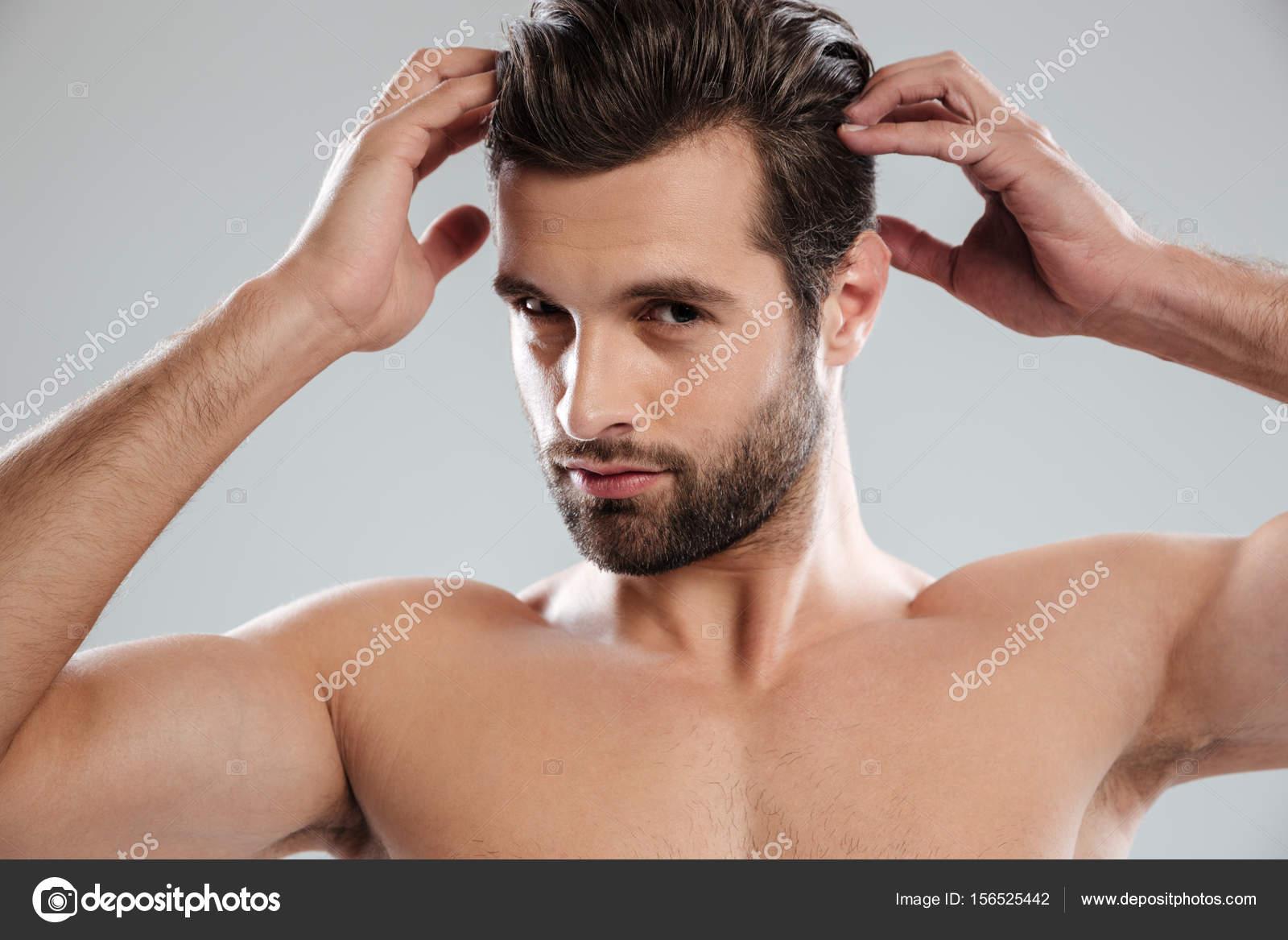 Homme Barbu Nu charmant homme barbu nu pose et toucher ses cheveux — photographie