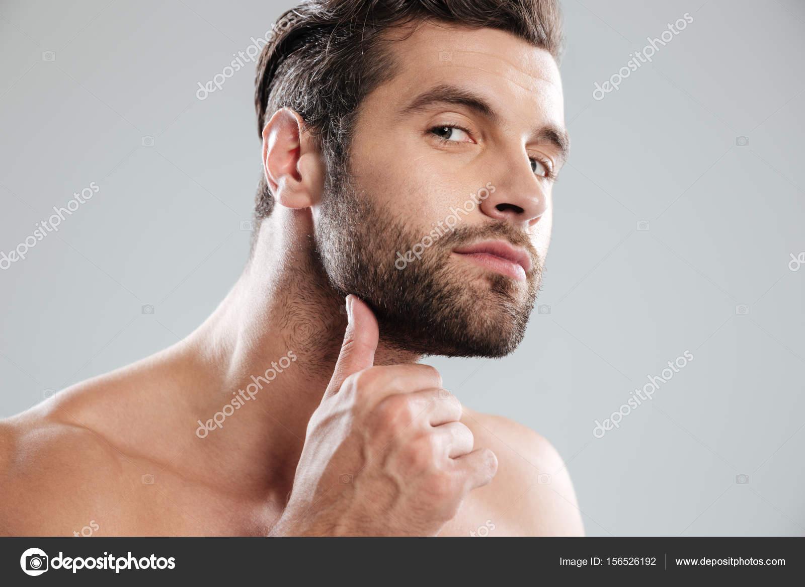 Homme Barbu Nu portrait d'un homme barbu nu beau, examinant son visage