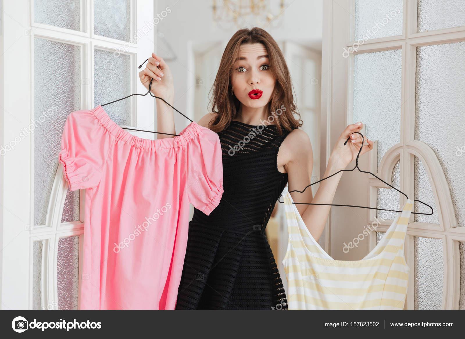 Permanente dentro de la casa elegir entre dos vestidos de mujer ...