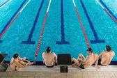 Pohled shora čtyři mužské plavců
