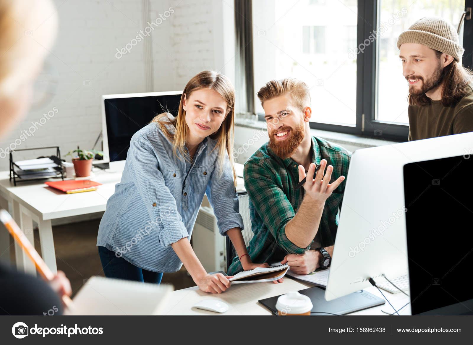 Gluckliche Kollegen Im Buro Miteinander Reden Stockfoto