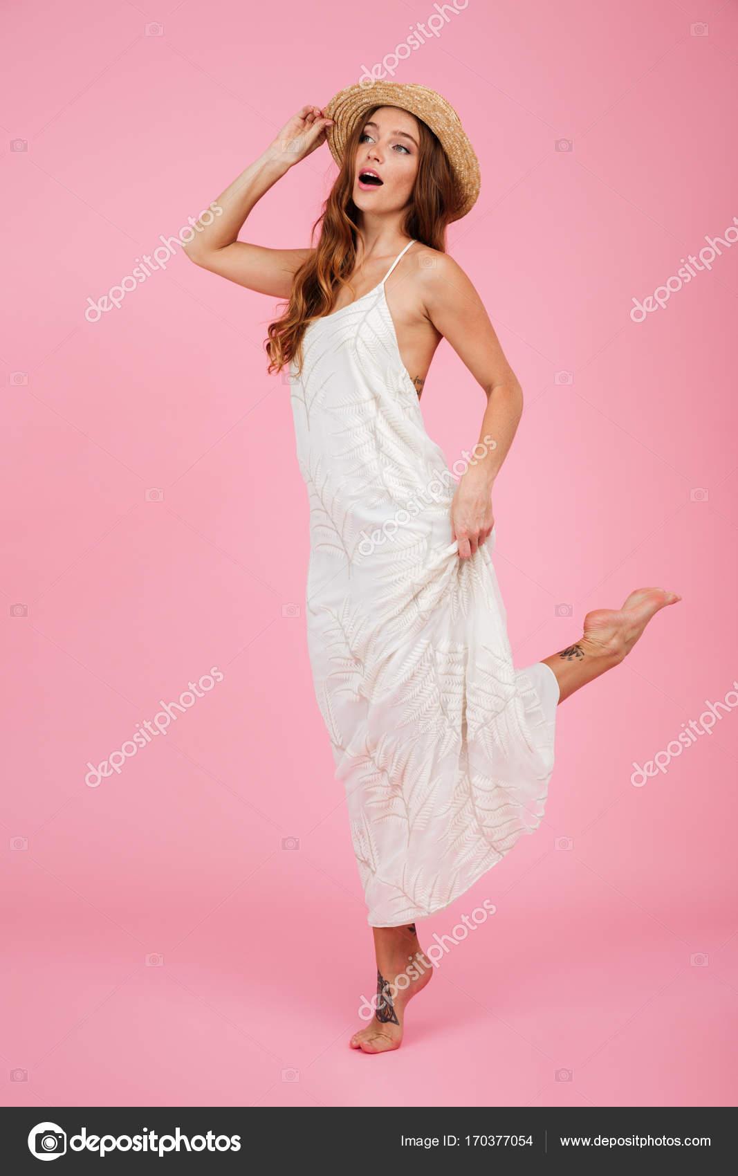 Retrato de longitud completa de una chica linda en vestido de verano ...