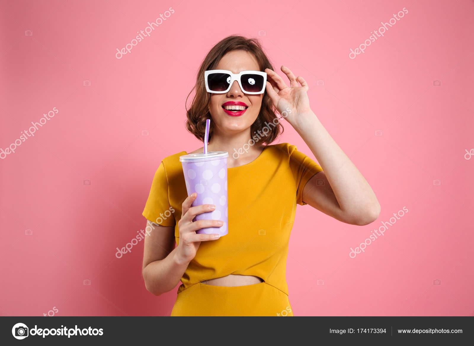Помогла старушка брюнетка в солнечных очках и в розовом платье чулочках