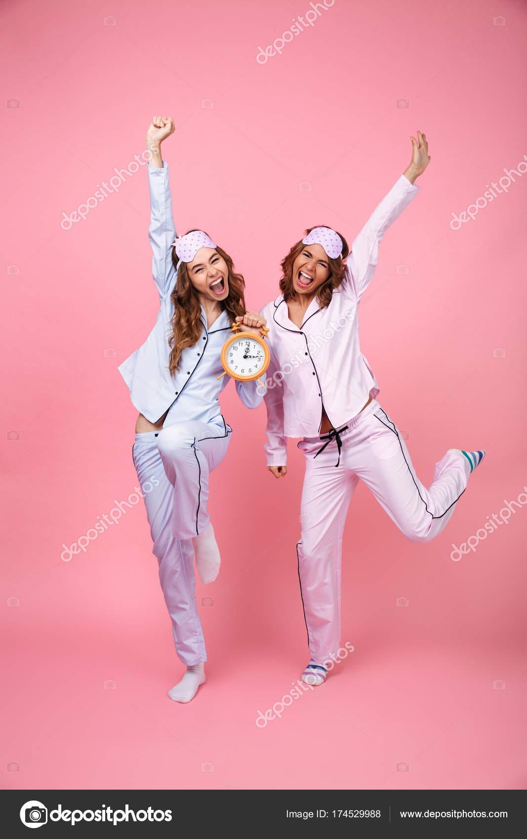 design senza tempo a6ec0 b56b1 Donne degli amici urlando emotivo divertente in pigiami che ...
