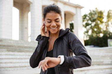 Portrait of a pretty fitness woman in earphones