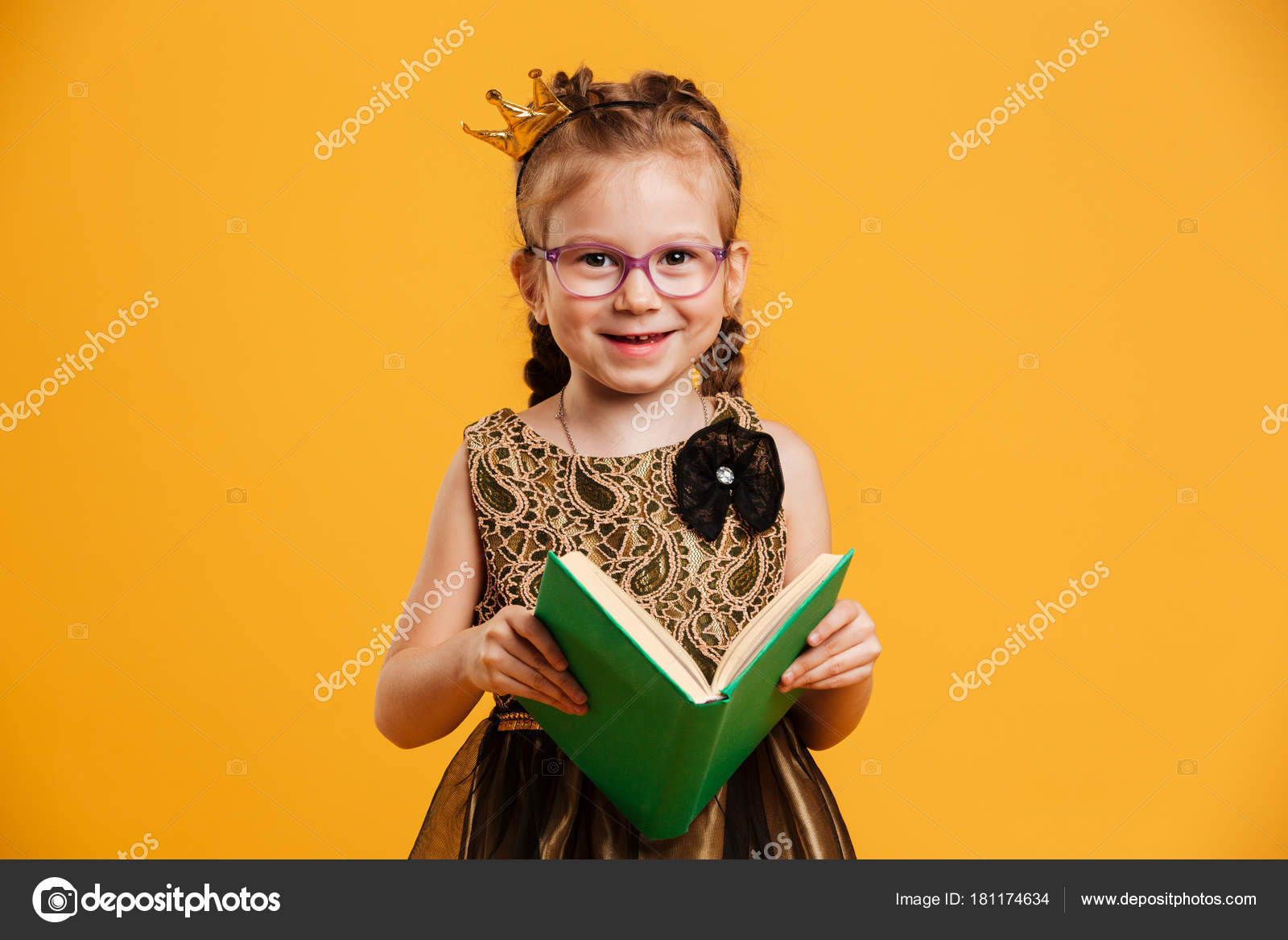cute girl child wearing princess crown reading book. — stock photo