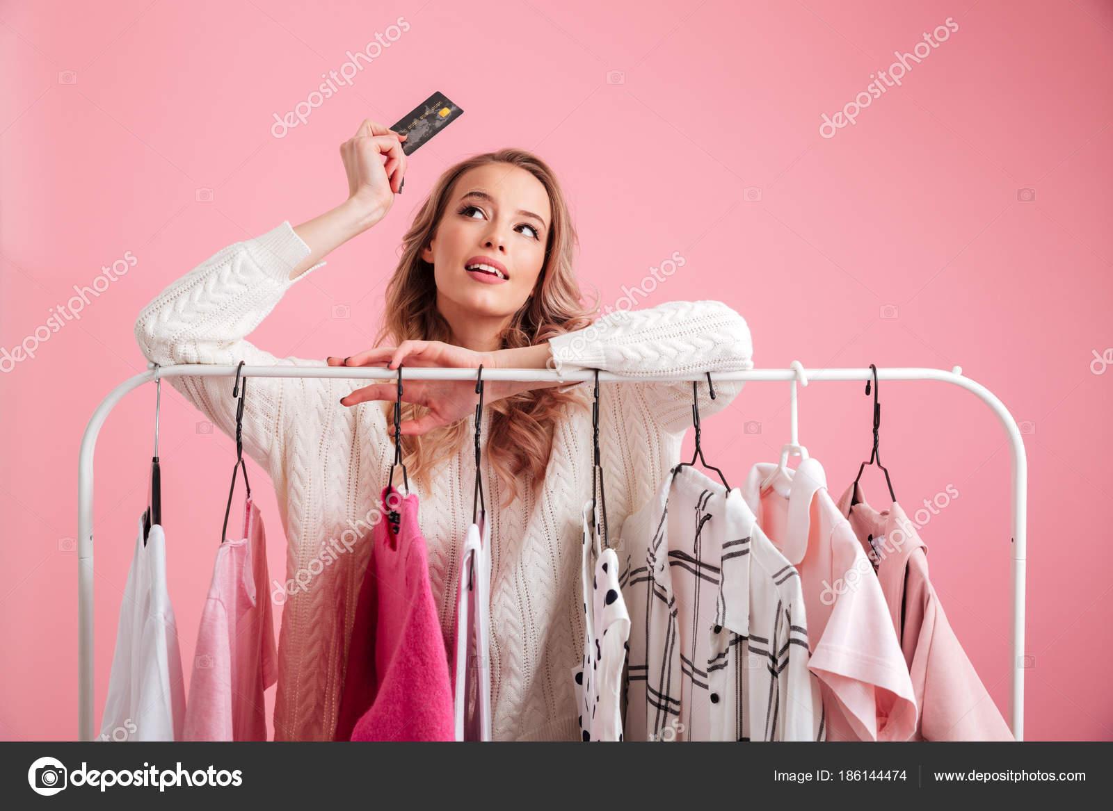 Impresionante hermosa dama elegir ropa — Foto de stock ...
