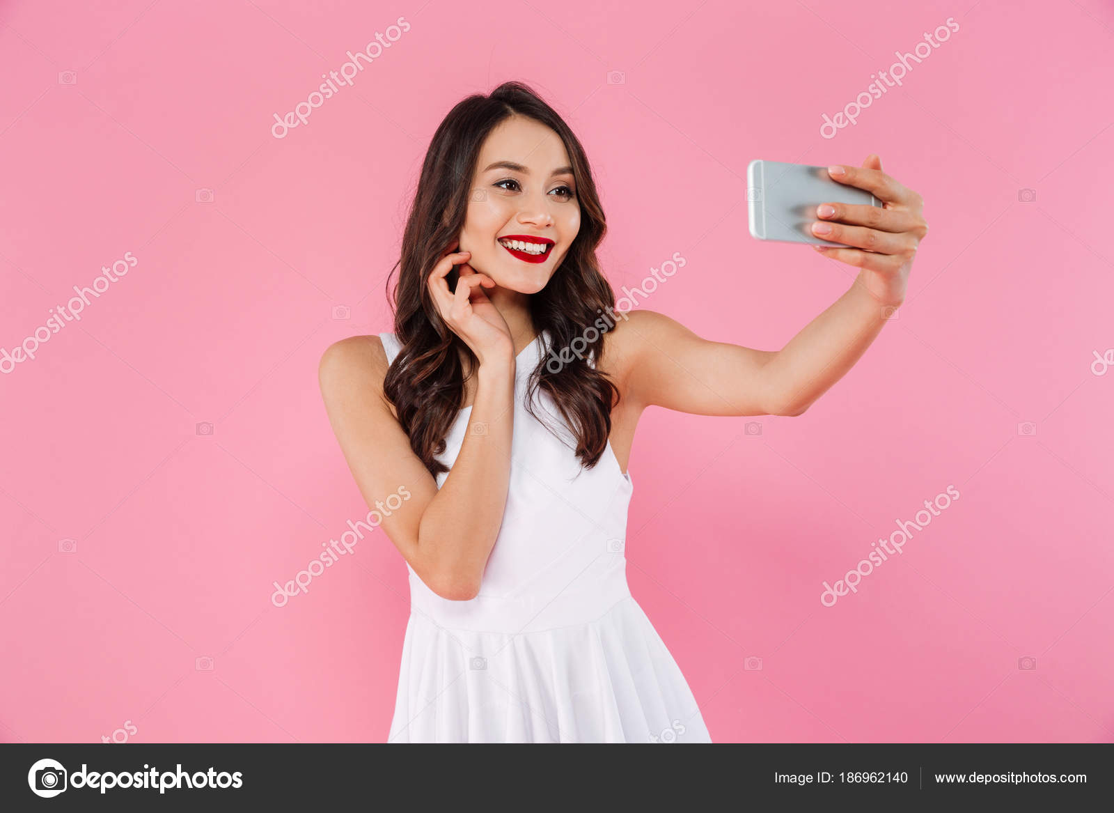 Retrato de estudio de hermosa mujer asiática con blanco teet — Foto ...
