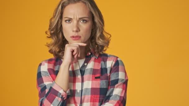 Junge positive Mädchen isoliert über gelbe Wand Hintergrund haben eine Idee
