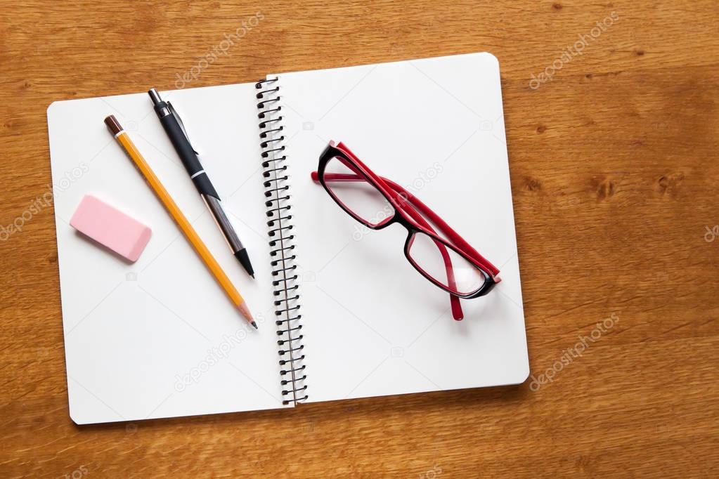 Bovenaanzicht voor notitieblok openen en school of kantoor tools