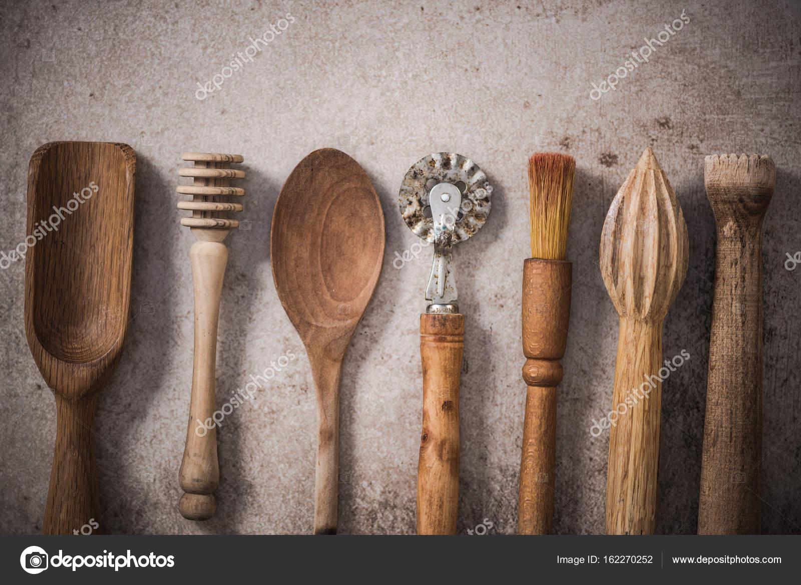 Vintage Holz Küchenutensilien, lag flach auf Stein Schiefer ...