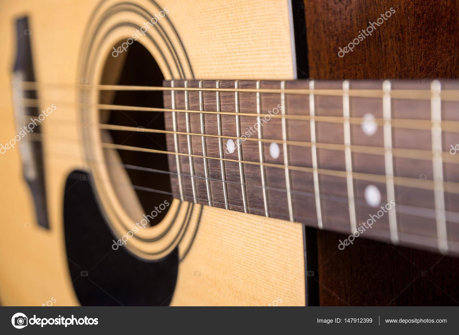 Guitarra acústica madera aislada con un gran plan horizontal — Foto ...