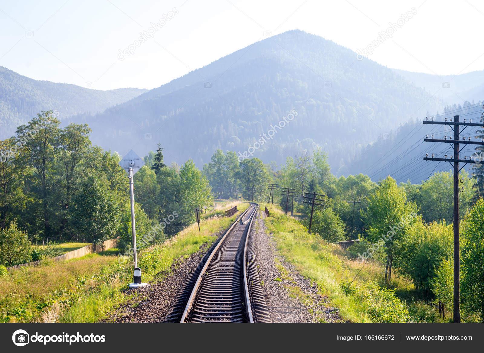 Viajar, descansar. Una vista de las pistas de ferrocarril rodeada de ...