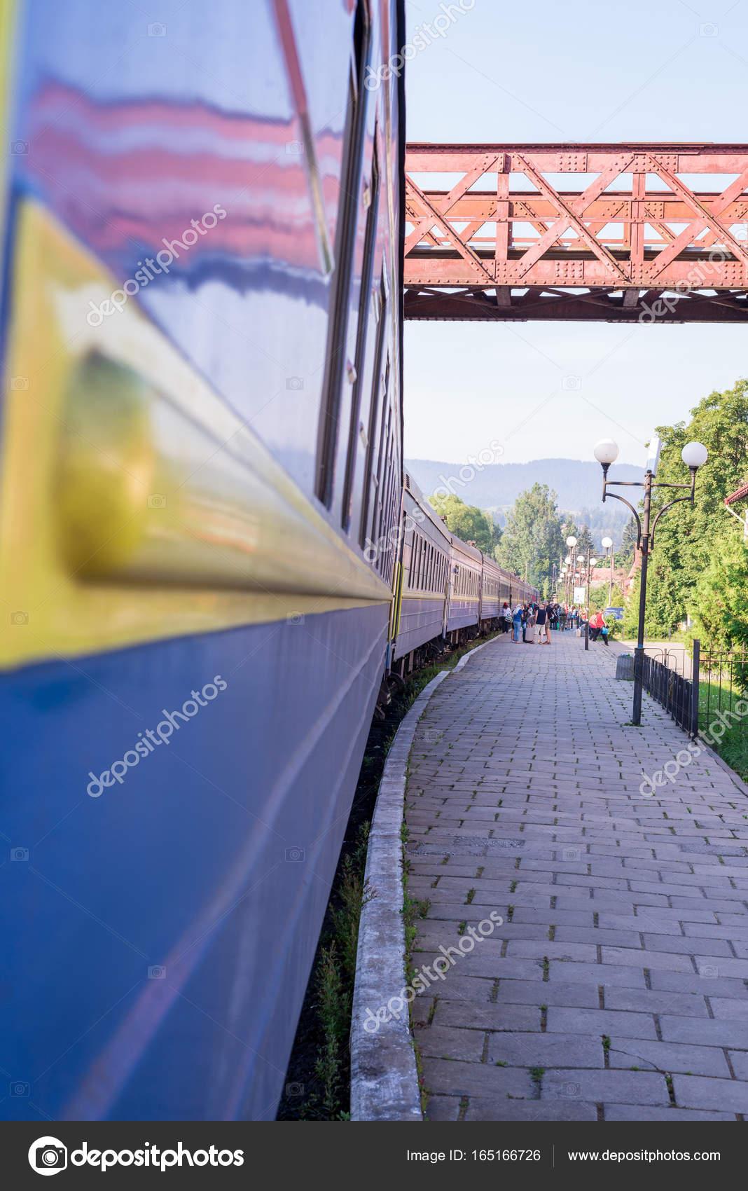 Reisen, Rest. Blick aus dem Zugfenster auf der Plattform der Bahnhof ...