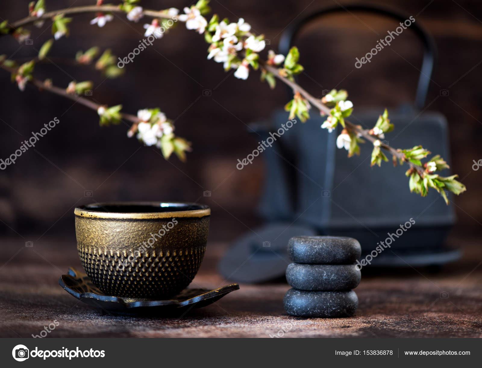 Schwarzen Gusseisen Kessel, Zen Steinen und einer Tasse. Asiatische ...