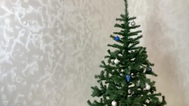 Vánoční stromeček, dekorace v pohybu, vánoční míče, kornouty, hračky, tinkel, vánoční věnec třpyt s barevnými světly. Vánoční prezentace. Zastavit video pohybu.