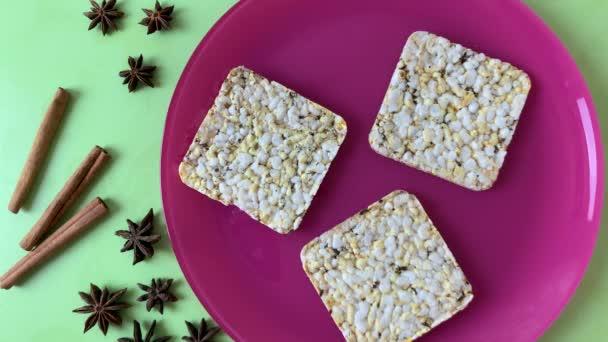 Dělat vegetariánský sendvič s toastem, arašídovým máslem, banány, hrozny a sezamovými semínky. Prodávat zdravé jídlo. Zastavit animaci pohybu, horní pohled.