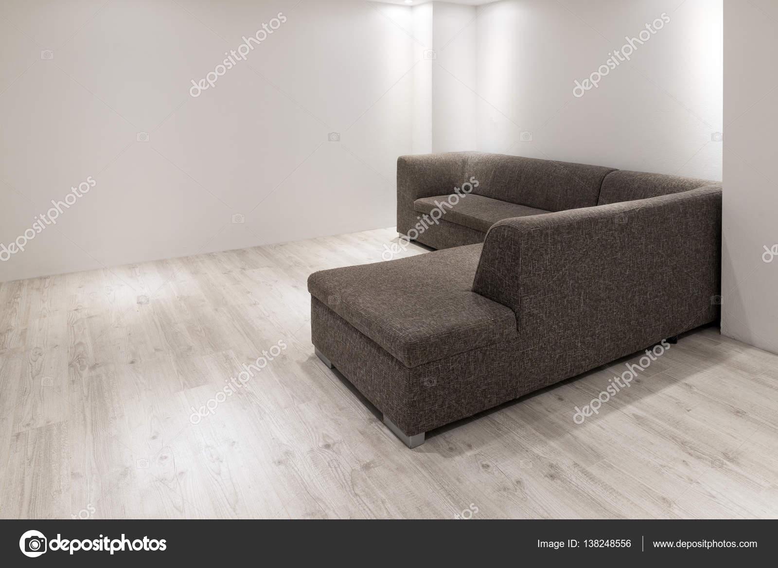 Design Bank Met Chaise Longue.Bank Met Chaise Longue In Lege Gerenoveerd Appartement Stockfoto