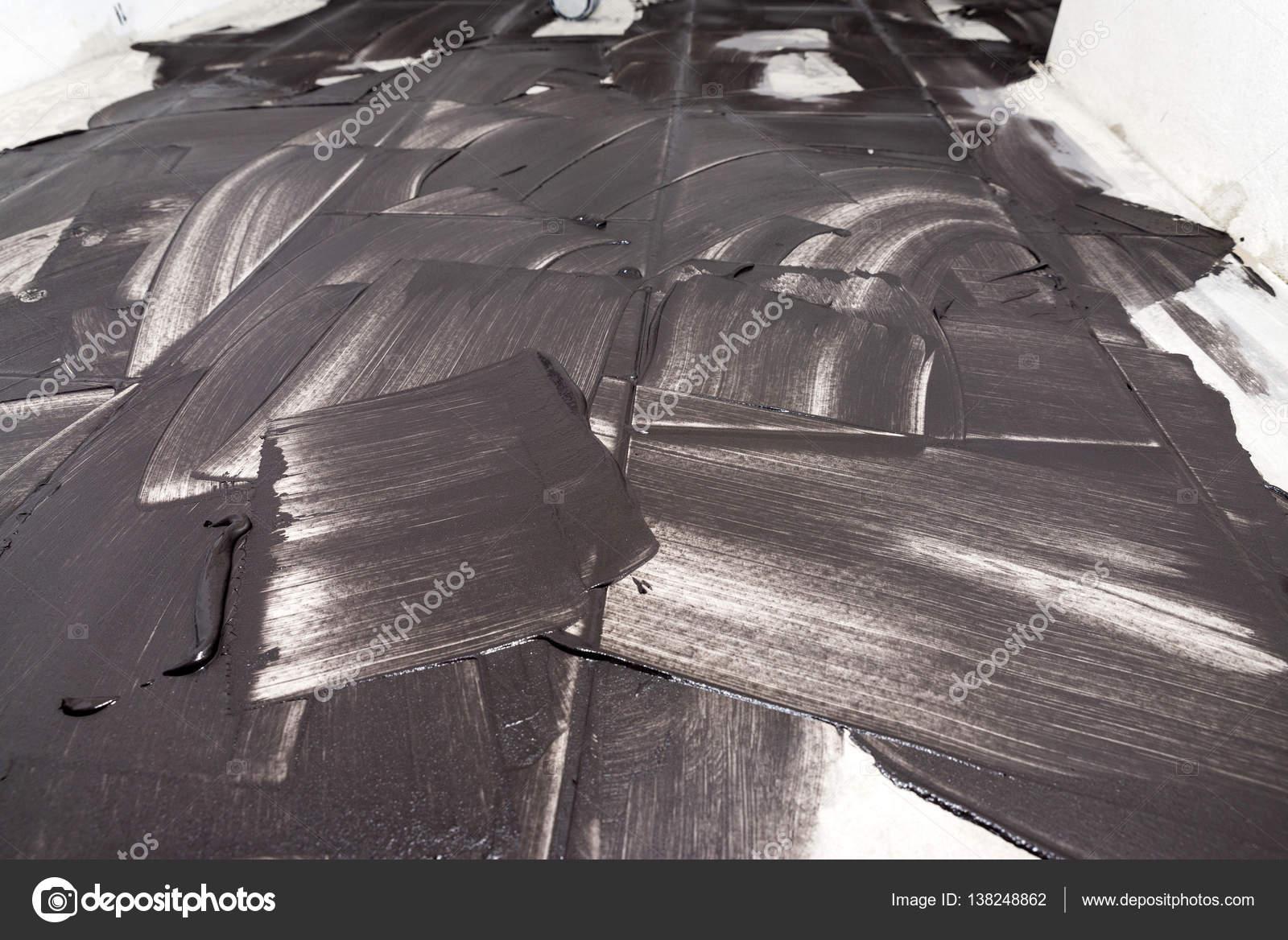 Stuccatura di piastrelle di luce con stucco nero come sfondo