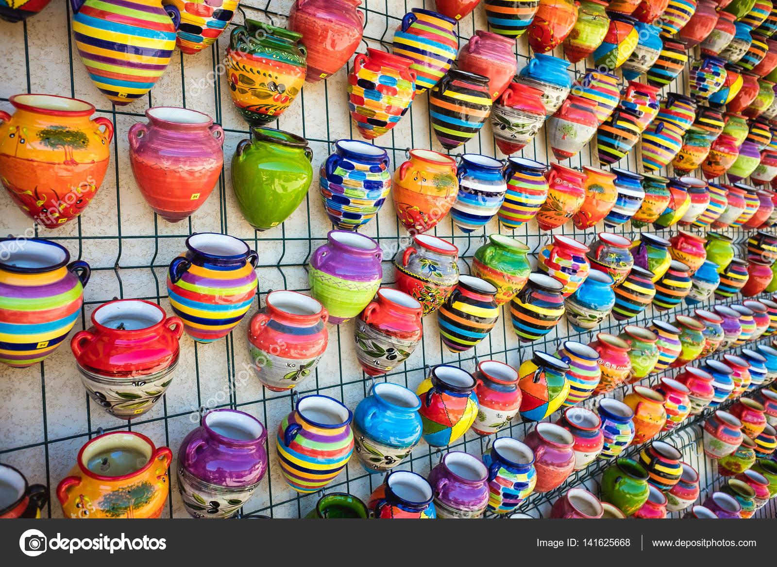 Kolorowe Doniczki Ceramiki Wiszące Na ścianie Zdjęcie