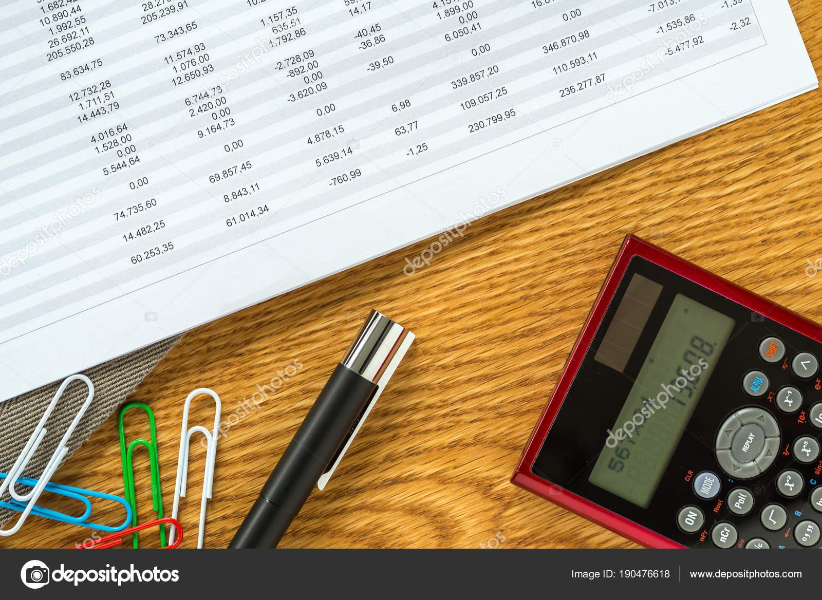 Plantilla de escritorio de contabilidad financiera con calculadora y ...
