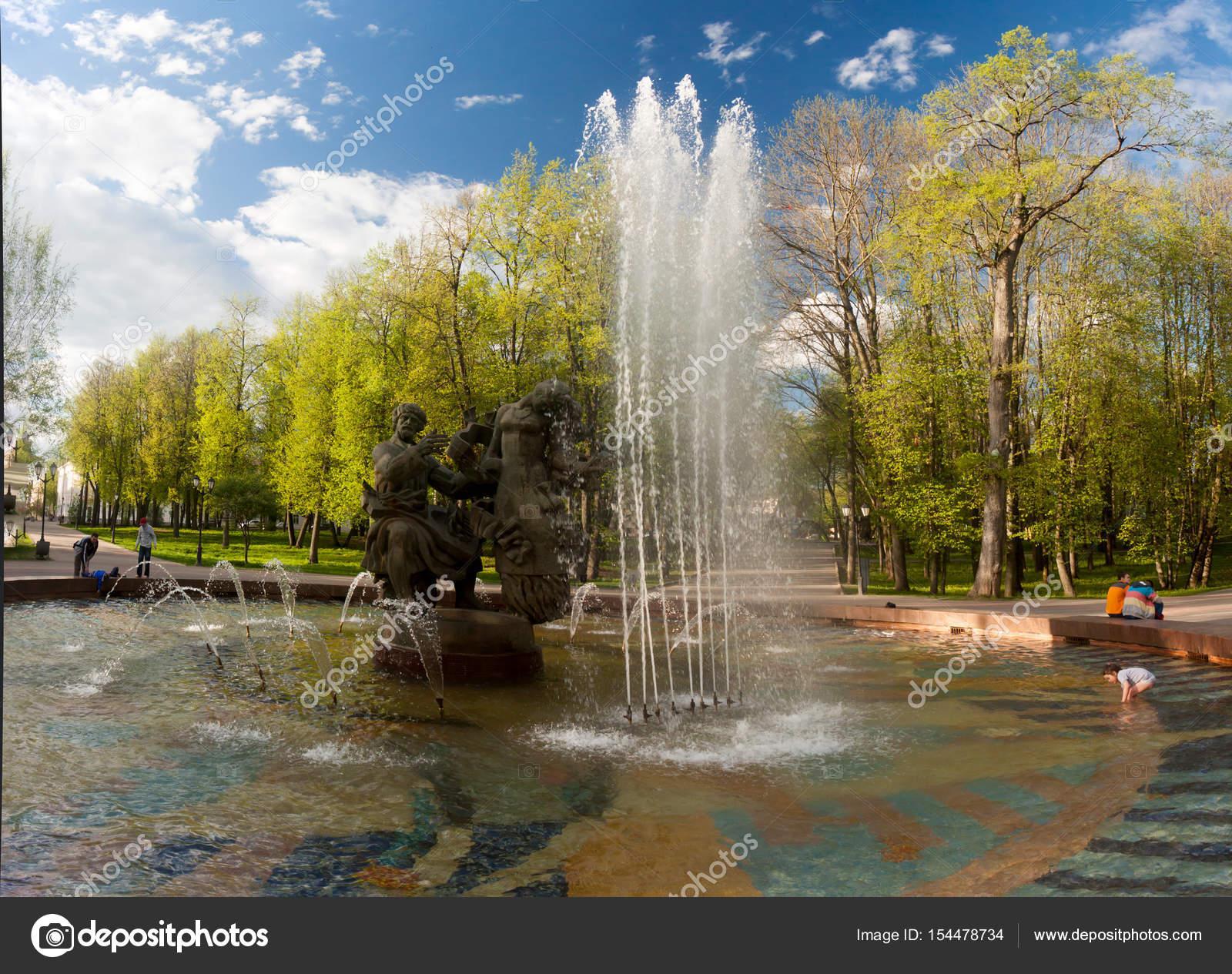 weliki nowgorod - 23 mai: die brunnen am kreml-mauern, russland-23