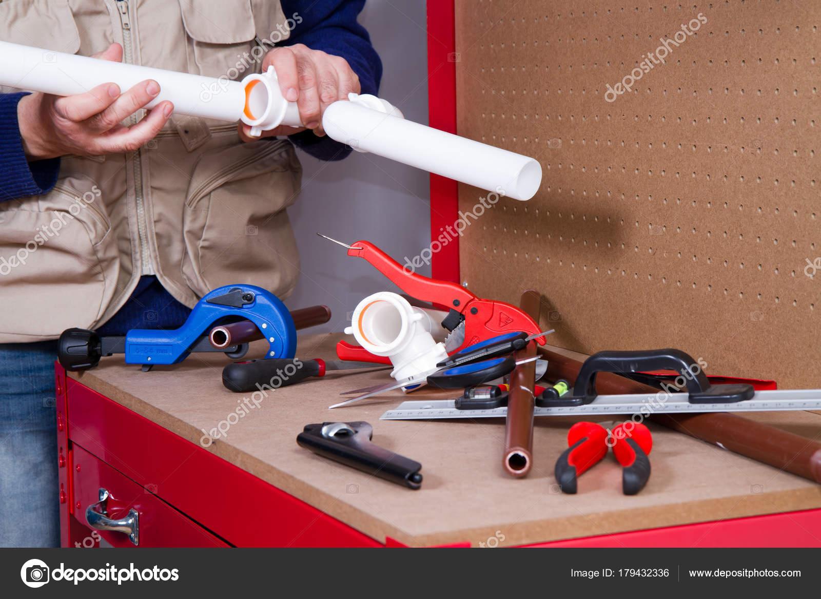 Banco Da Lavoro Per Elettricisti : Idraulico lavoro sul suo banco lavoro adattarsi tubi u2014 foto stock