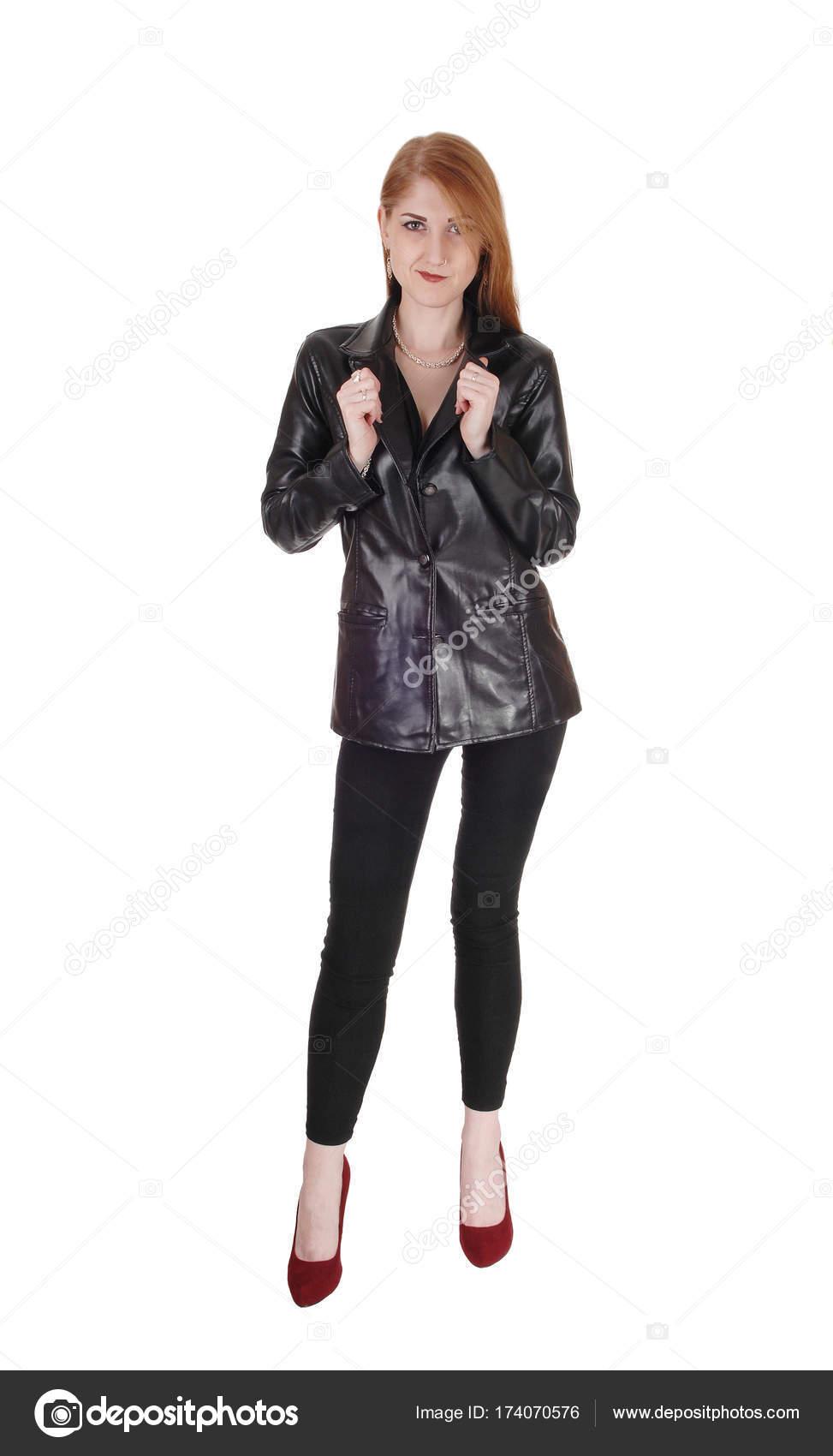 new concept 7af31 2beaa Donna in piedi in giacca di pelle nera — Foto Stock © sucher ...