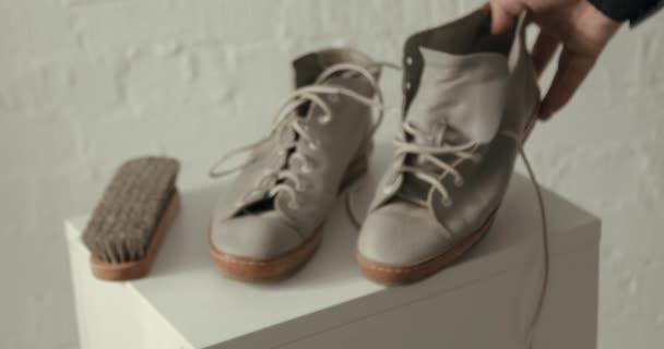 gebrauchte Schuhe auf weißem Hintergrund