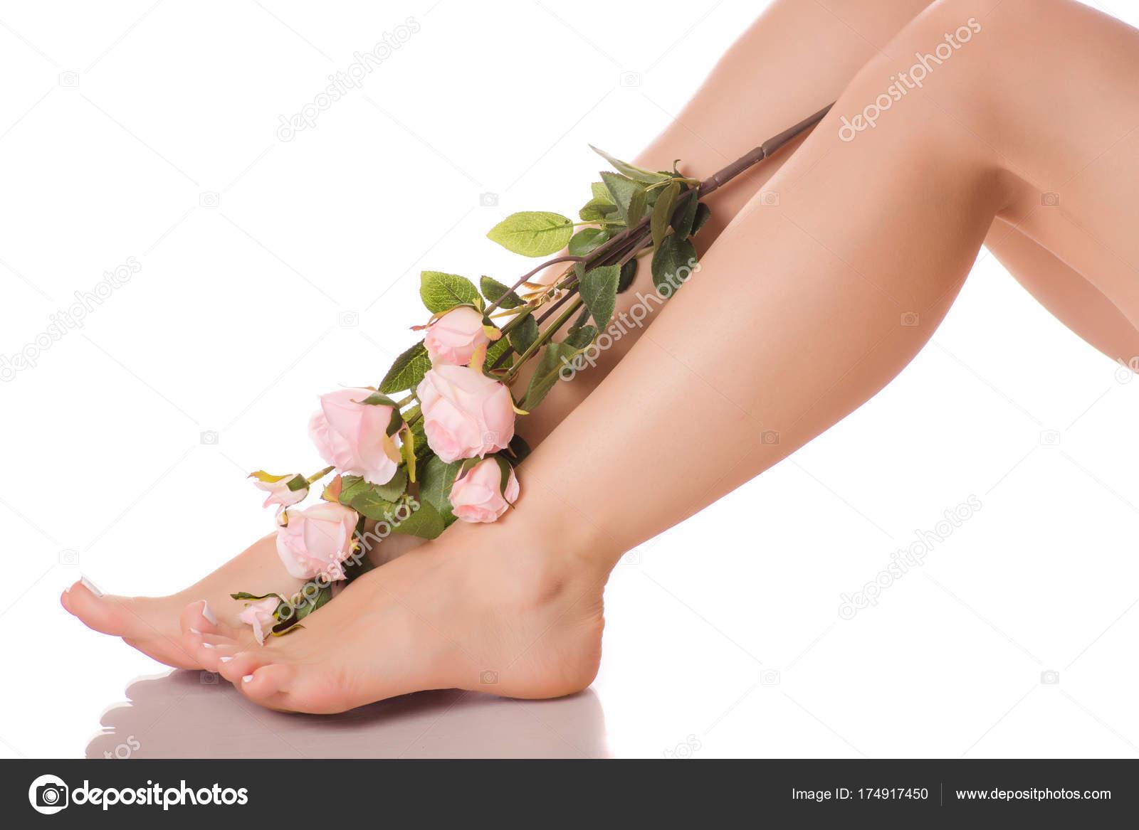 Цветы на фоне ног