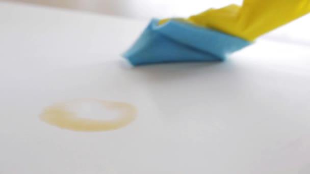 Beliebt Hand mit Lappen reinigen Kaffeefleck auf Tisch — Stockvideo RT98
