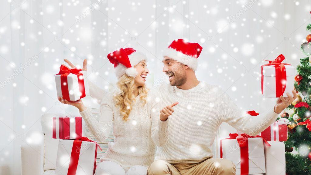 glückliches Paar mit Weihnachtsgeschenke und Daumen hoch — Stockfoto ...