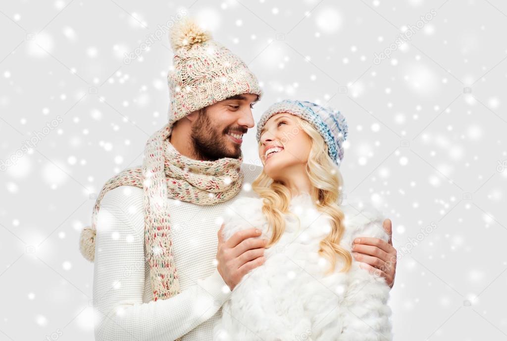 Sonriente Pareja En Ropa De Invierno Abrazo Sobre Nieve
