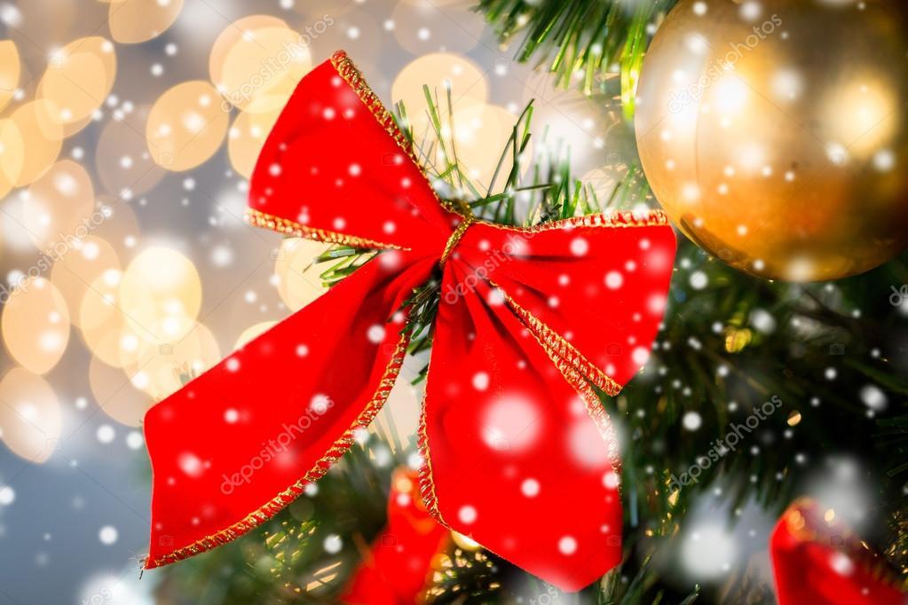 3cb8885c62171 cerca de la decoración de lazo rojo en el árbol de Navidad — Fotos ...