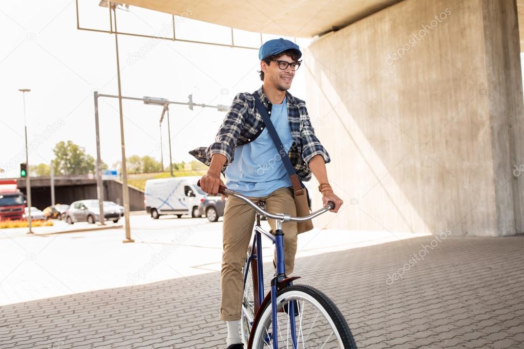ef1df22c1fbc4a Persone, stile, tempo libero e lifestyle - uomo giovane hipster con borsa a  tracolla Equitazione bici fissa dell'ingranaggio sulla strada della città —  Foto ...