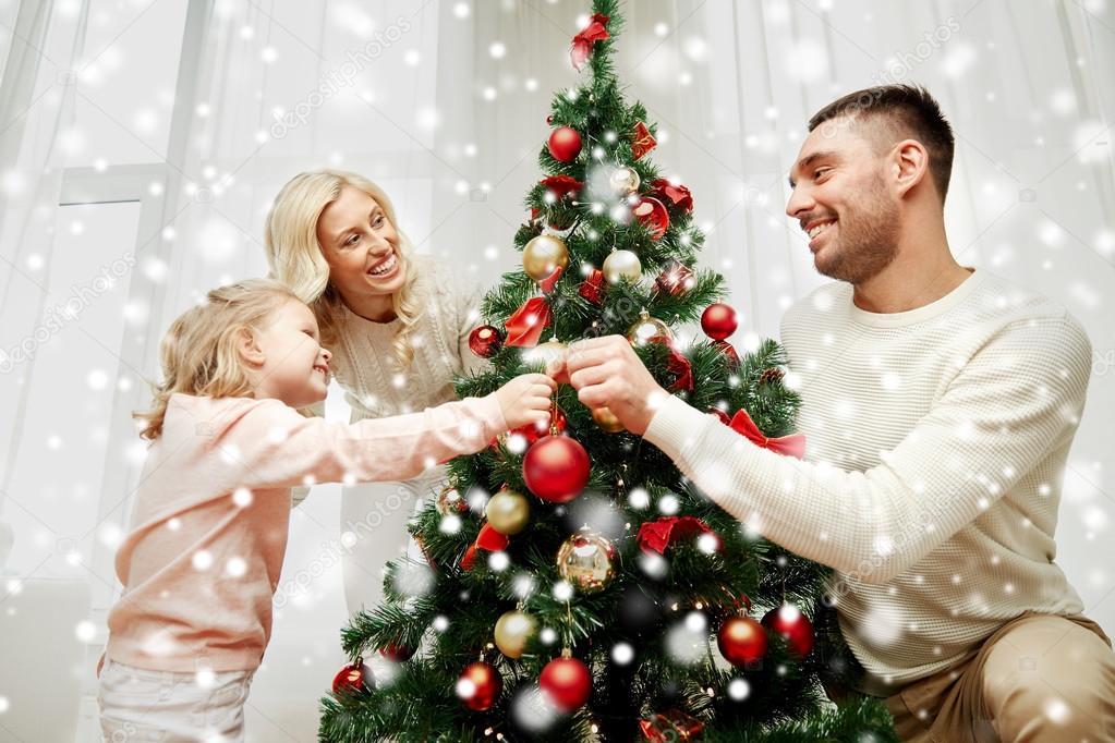 Фото семья наряжает елку