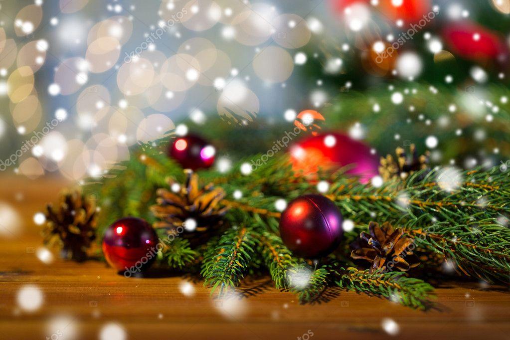 Gałąź Jodła Z Boże Narodzenie Ball I Szyszki Zdjęcie