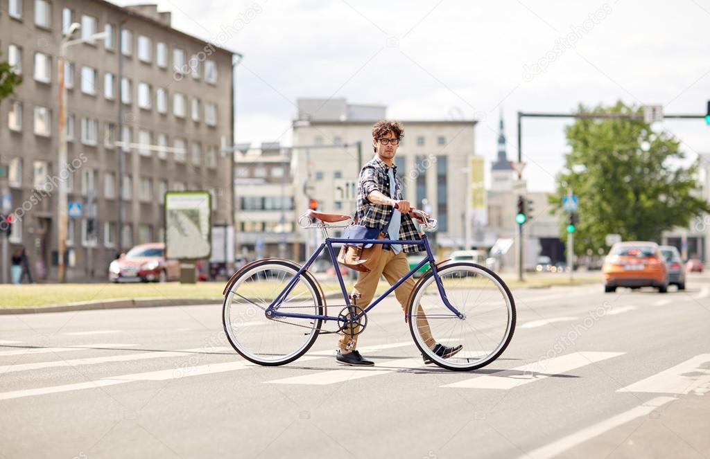 8da025a9b2dcda Persone, stile, vita cittadina e lifestyle - hipster giovane uomo con  tracolla e scatto fisso bici attraversamento strisce pedonali sulla strada  — Foto di ...