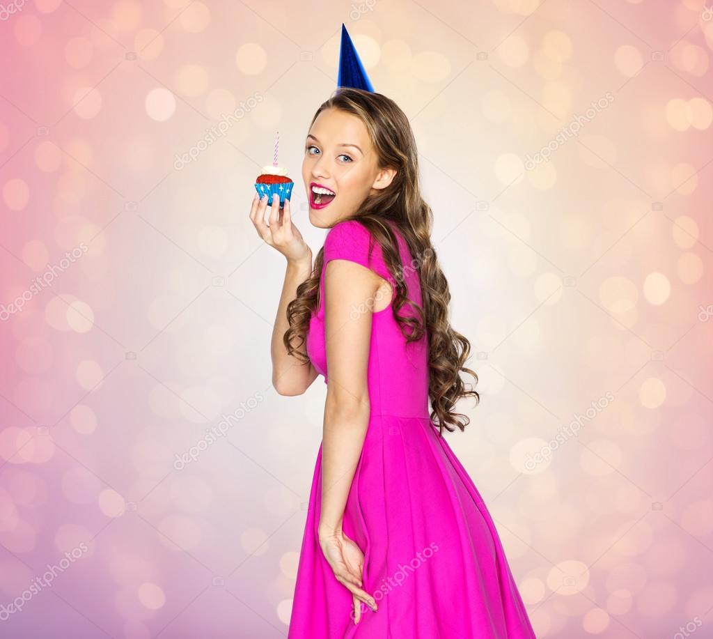 feliz mujer o niña adolescente con cupcake de cumpleaños — Fotos de ...