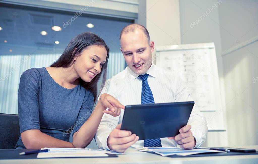 Sourire des entrepreneurs avec les tablet pc dans le bureau