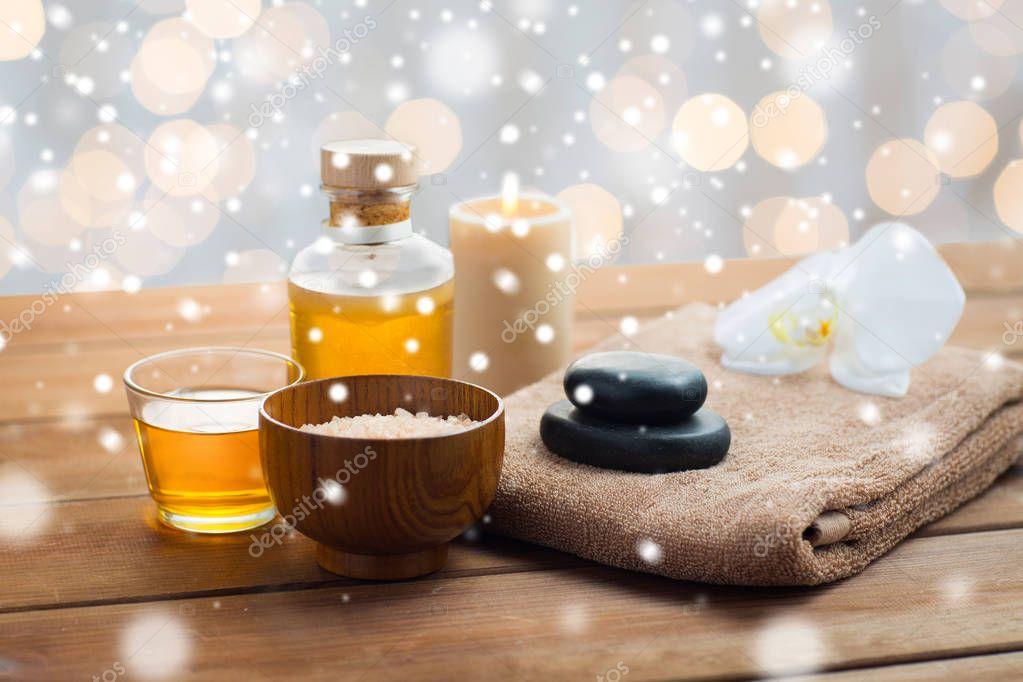 Sale marino massaggio olio miele e telo da bagno u2014 foto stock