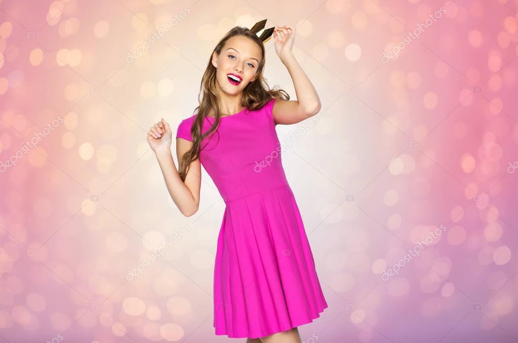 feliz joven mujer o muchacha adolescente en la corona de la princesa ...