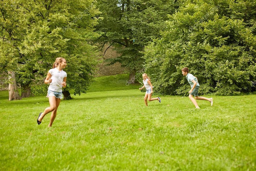 Felices Los Ninos Corriendo Y Jugando Al Aire Libre Del Juego Foto