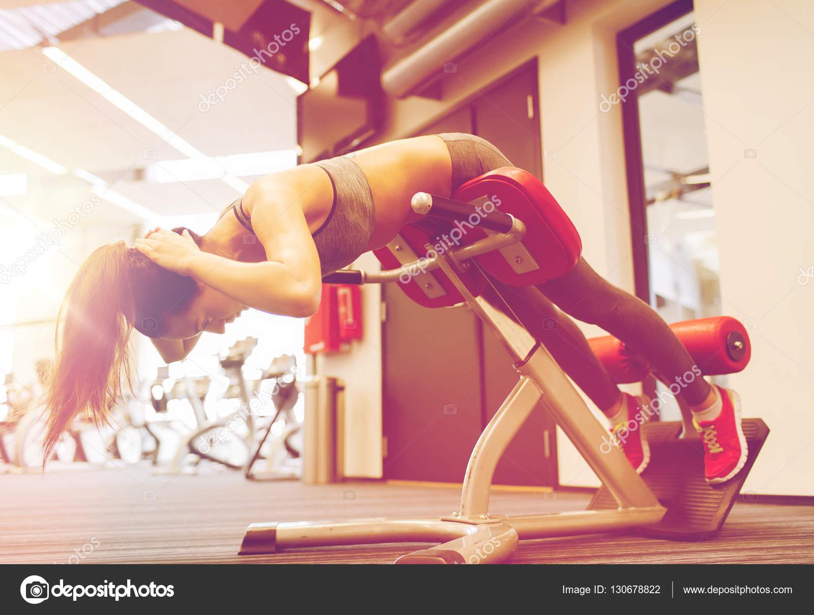 junge Frau beugen Rücken Muskeln auf Bank in Turnhalle — Stockfoto ...