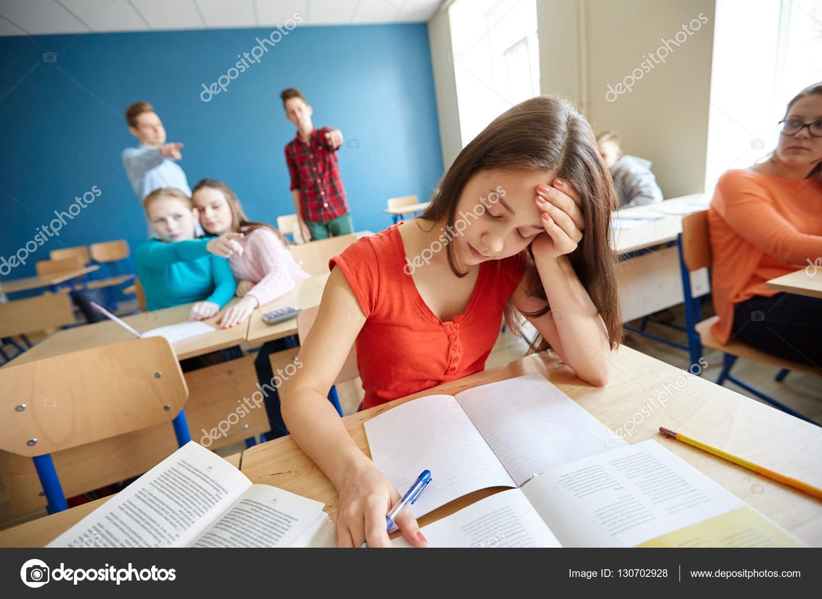 Studenten roddelen achter klasgenoot